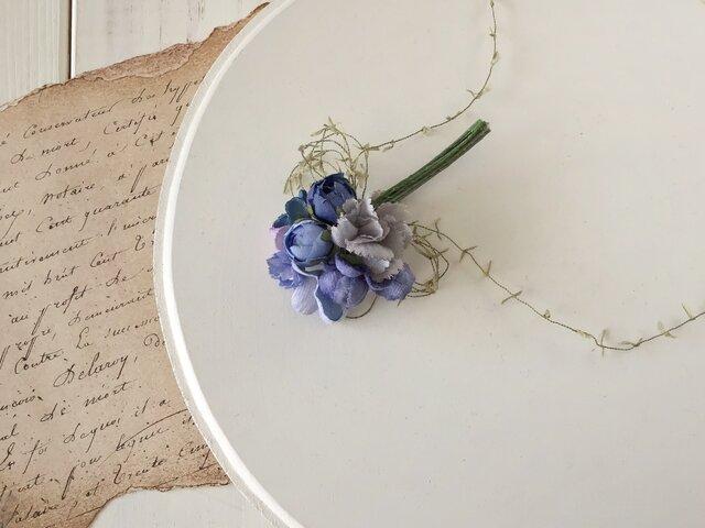 染め花の小さなブーケコサージュ(ブルー&グレー&淡いパープル)の画像1枚目