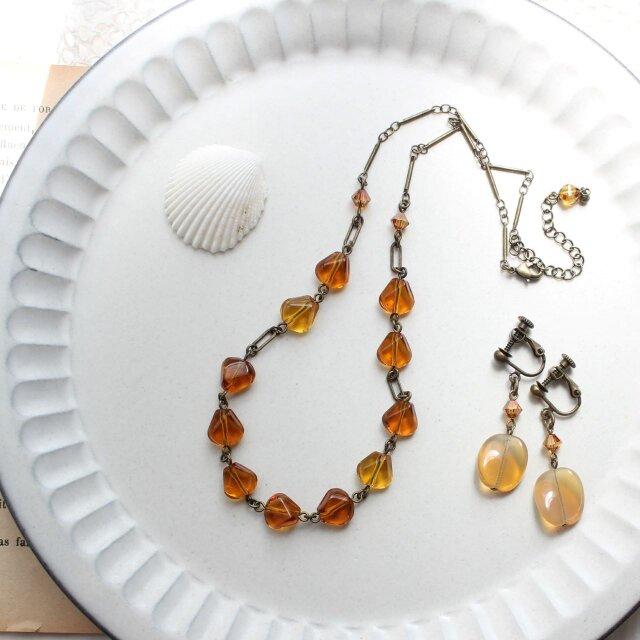 琥珀色と蜂蜜色 アンティーク・スタイル ヴィンテージビーズのネックレス イヤリング セットの画像1枚目