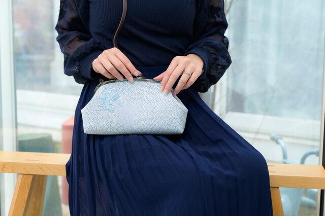 着物リメイクがまぐち 親子がま口ショルダー 夏薄物着物・青もみじ刺繍の画像1枚目
