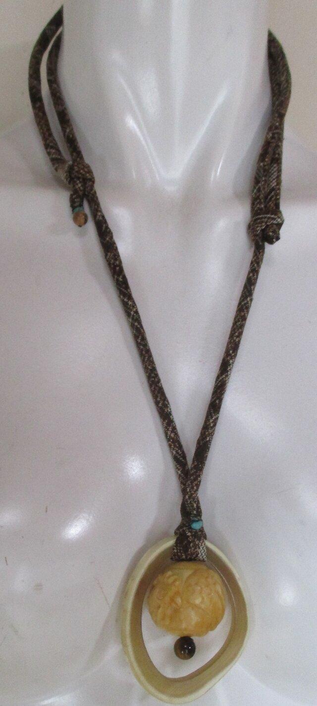 5771 酉(とり)の干支の彫り物で作ったネックレス #送料無料の画像1枚目