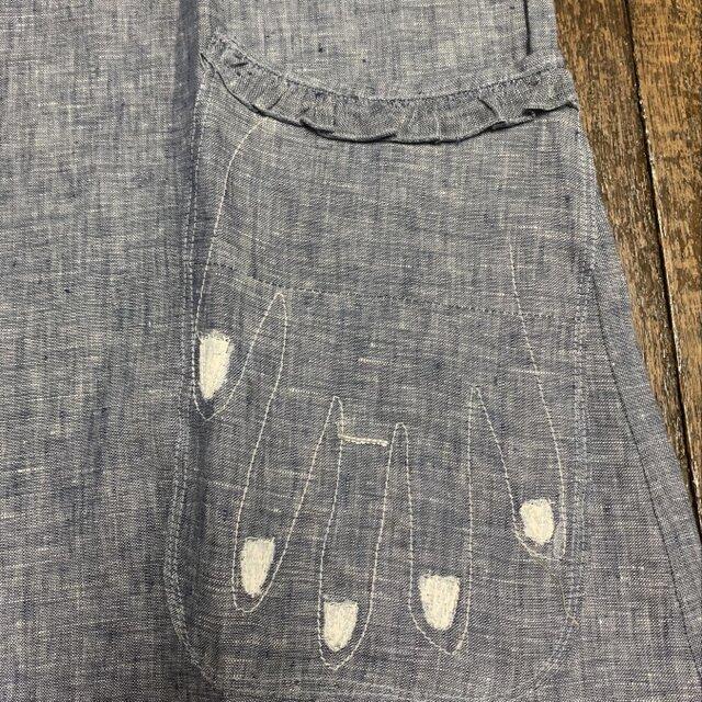 グレーの麻のワンピースに面白い手の刺繍の画像1枚目