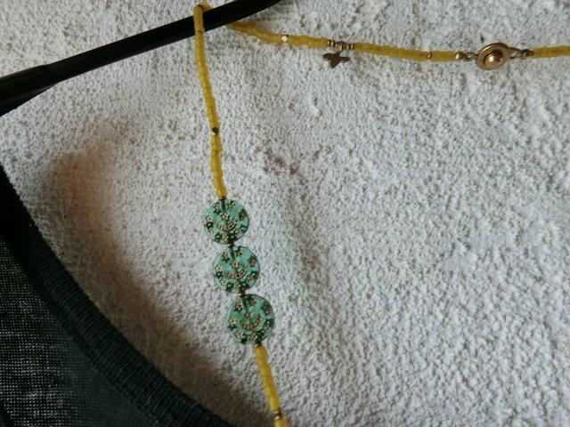 *古のネックレス。@ボヘミアのウランガラスビーズ2種+ヨーロッパ渡りのオールドビーズ+聖者のビーズの画像1枚目