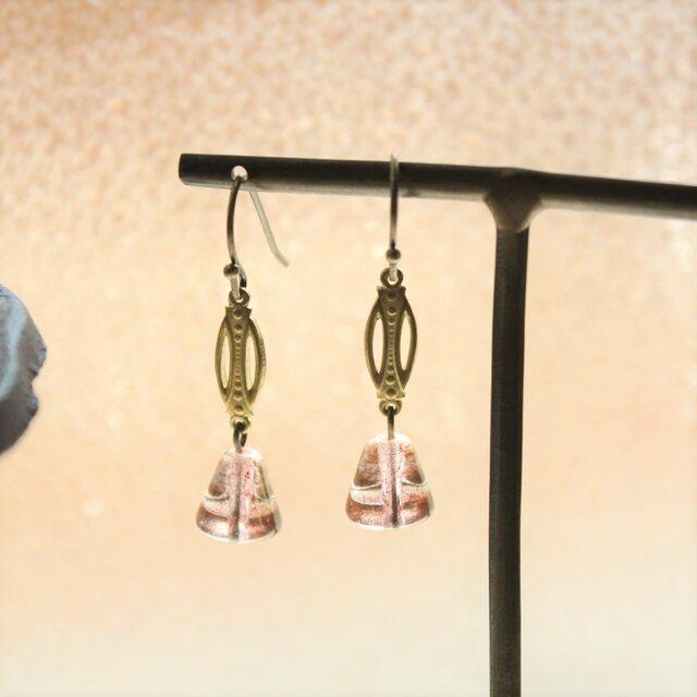 ヴィンテージ・チェコの古いガラスビーズ・曖昧なローズ色と真鍮 アンティークstyle ピアス の画像1枚目
