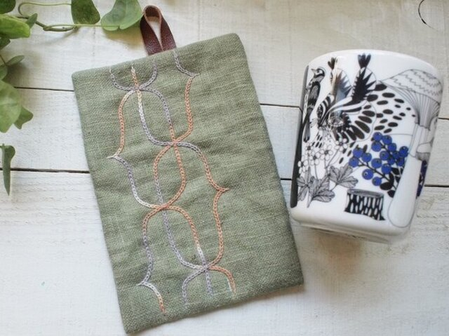 アイヌ刺繍の鍋つかみ リネンのモスグリーンにベンガラ染めの糸での画像1枚目