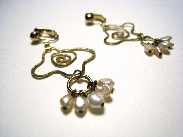 小さなバラの花と淡水パールのイヤリングの画像1枚目