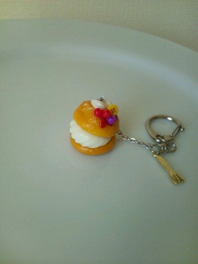 小さなシュークリームのキーホルダーの画像1枚目