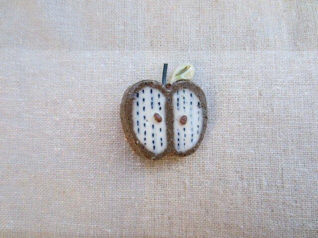りんごのブローチ(青てんてん柄)の画像1枚目