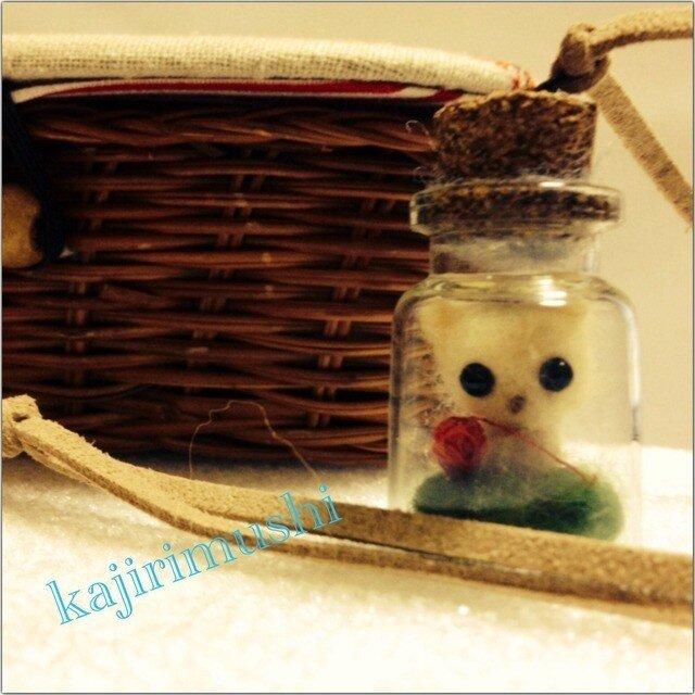 子猫瓶の革紐ネックレス  羊毛フェルトの画像1枚目