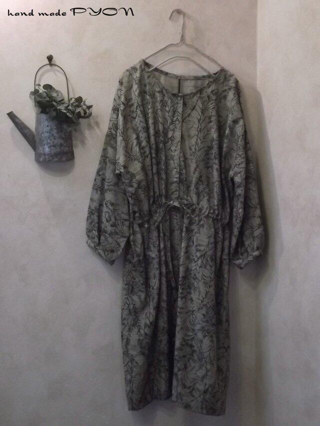 着物リメイク、ベージュに草花模様のワンピースの画像1枚目