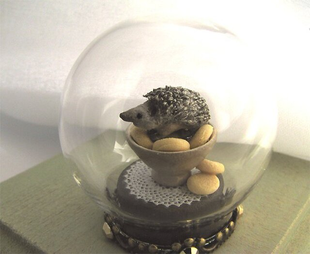 ハリネズミ & お菓子 のガラスドームミニチュアの画像1枚目