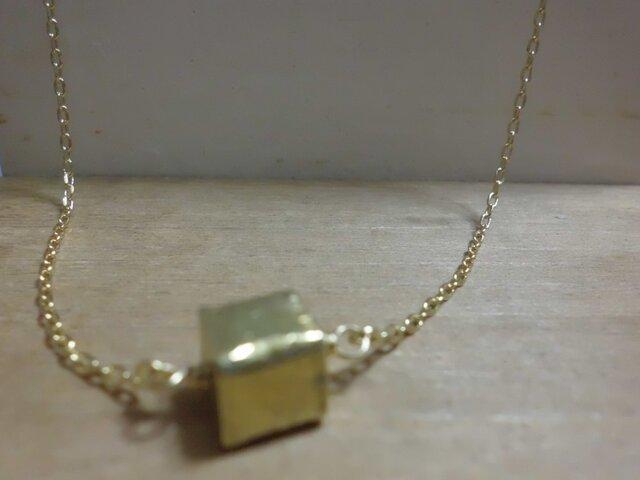 真鍮キューブネックレスの画像1枚目