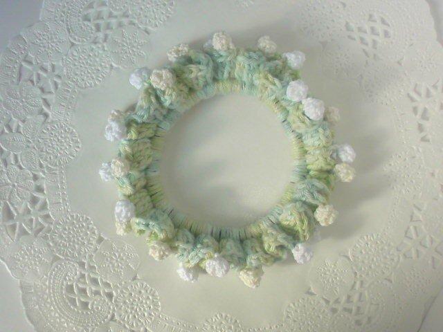 白っぽいお花の野原シュシュの画像1枚目