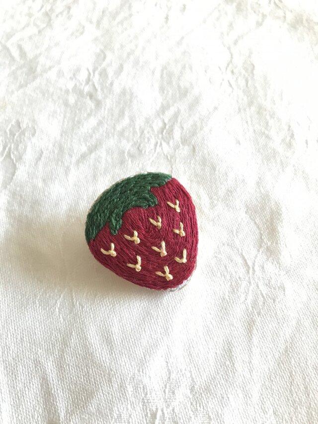 いちご刺繍のブローチの画像1枚目