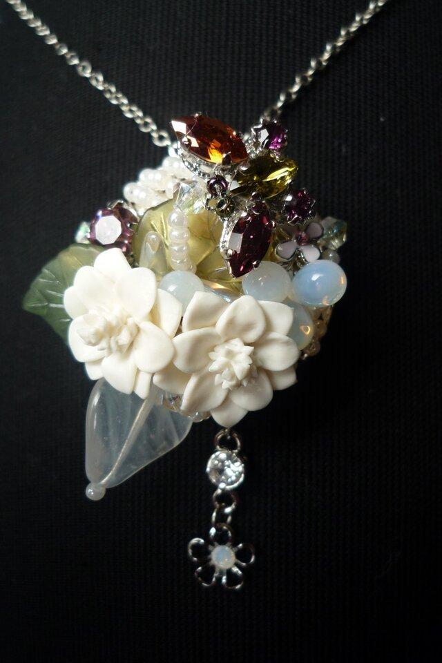 白い花と蝶のネックレス(兼スカーフ留め)の画像1枚目