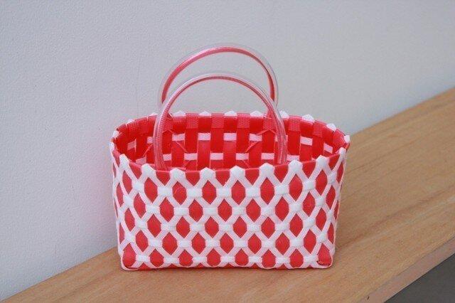 おばあちゃん達が作ったプラスチックかご〈ダイヤ 赤×白〉の画像1枚目
