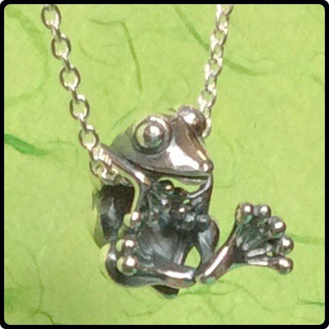 ぶらげろ02(両脇でチェーンにぶらさがる蛙)の画像1枚目
