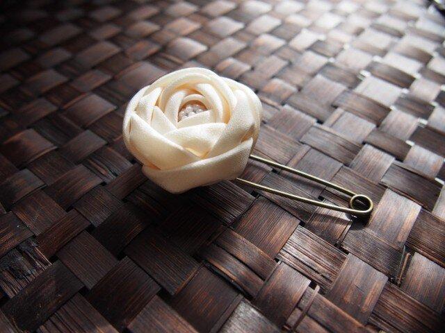 つまみ細工☆玉薔薇のショールピンブローチホワイトの画像1枚目