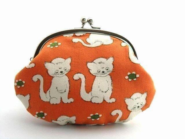【受注生産】ネコさんと林檎 - 昔の外国布がま口ポーチの画像1枚目