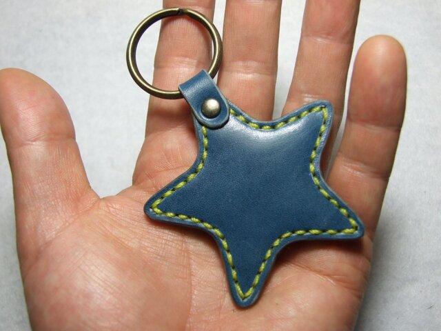 青い星のキーホルダー 黄色ステッチの画像1枚目