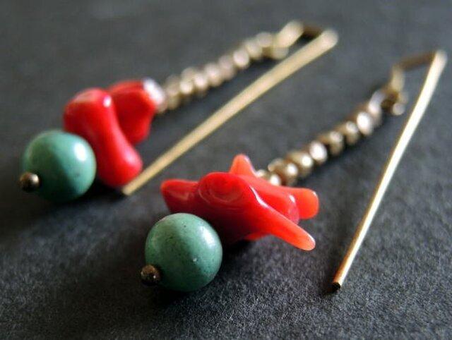 グリーンターコイズと赤い珊瑚と小さなメタルビーズのピアスの画像1枚目