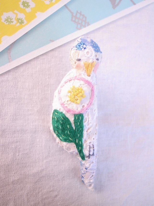 小鳥のブローチ まる花刺繍 水色の画像1枚目