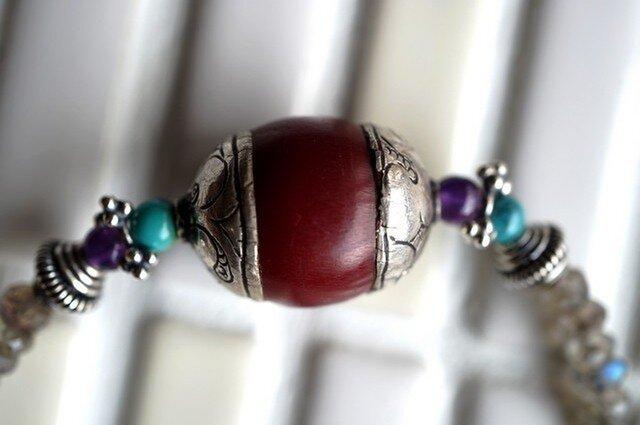 チベッタンビーズ(合成サンゴ)のネックレスの画像1枚目