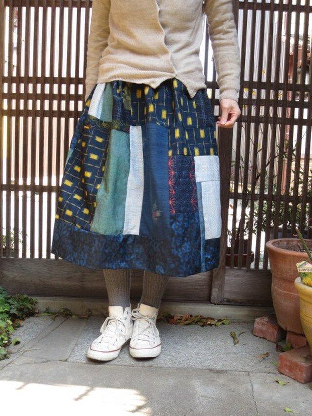 着物リメイク☆紺地紬に春黄色…空色緑もパッチして71cm丈の画像1枚目