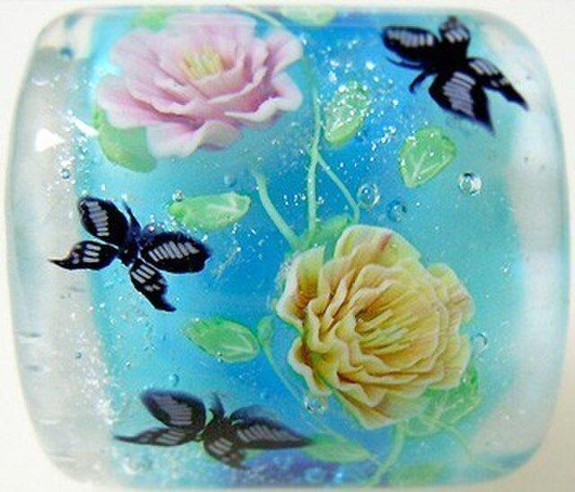 とんぼ玉帯留め ピンクと黄色のつるバラに蝶の画像1枚目