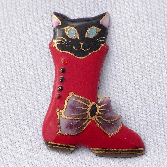 七宝焼ブローチ 赤いブーツの黒い猫の画像1枚目