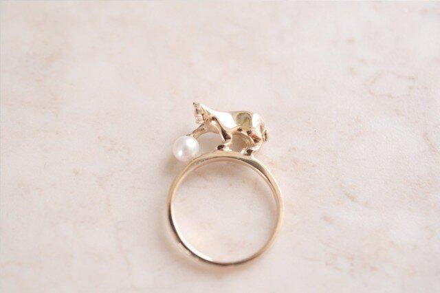 パールにじゃれるネコリング【IGNITE Jewelry】の画像1枚目