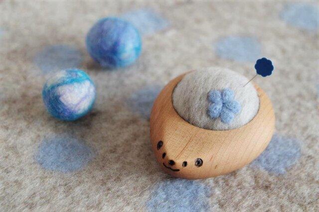 ハリネズミの羊毛ピンクッション【針山】お花 水色の画像1枚目