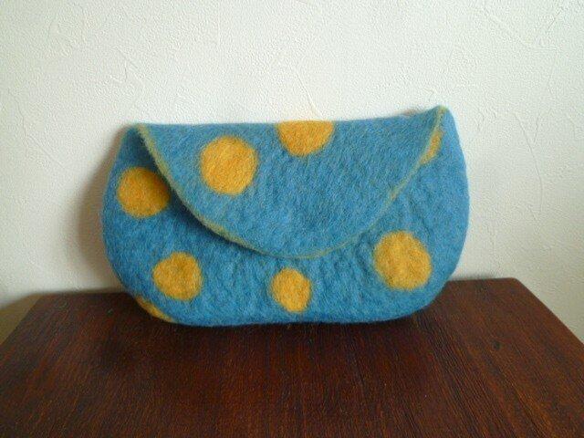 羊毛フェルトのポーチ・スモーキーブルー×やまぶき色ドットの画像1枚目