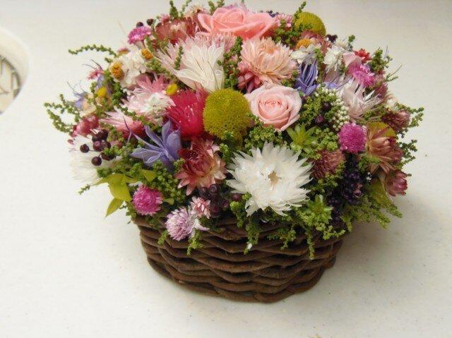 まるい花かごにお花畑の画像1枚目
