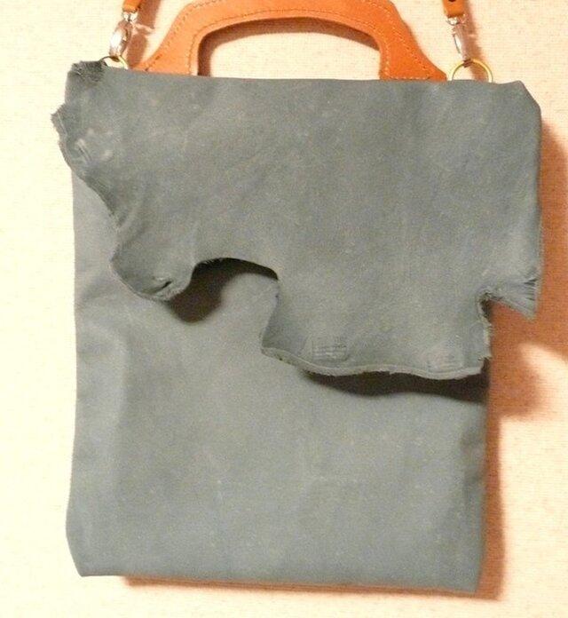 洗いざらしジーンズのような革 ラフ味手提げバッグの画像1枚目