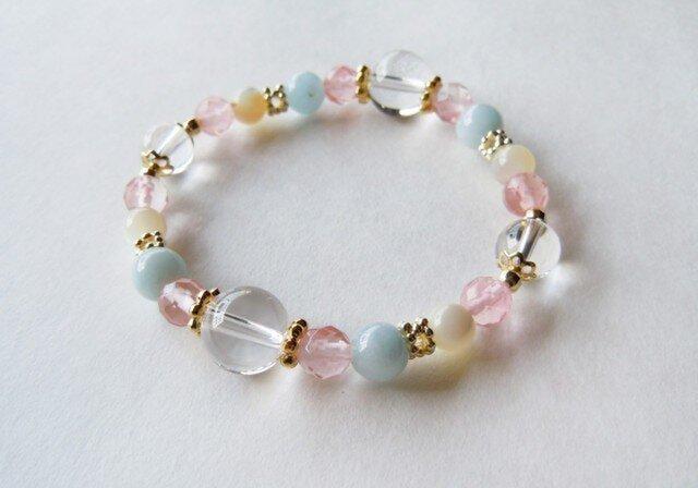 ピンクと水色とクリーム色をちりばめたブレスレット/水晶の画像1枚目