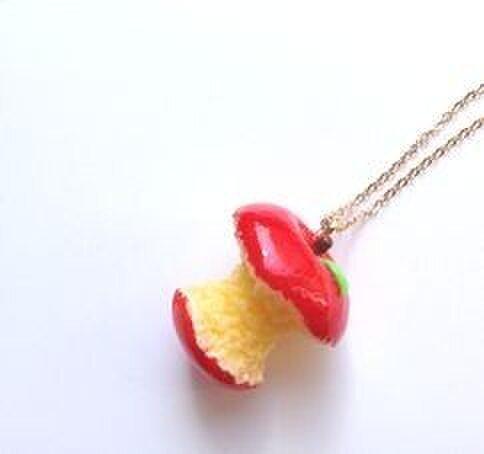 蜜りんごネックレス 食べすぎVer.の画像1枚目
