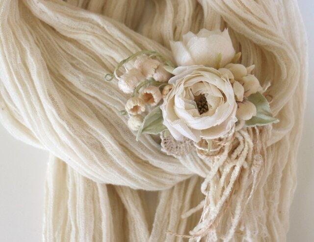 ミニ薔薇とすずらんのコサージュの画像1枚目