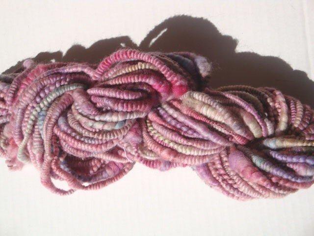 ピンクコイルな糸の画像1枚目