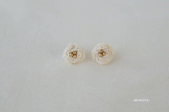 リネンのお花ピアス [白]の画像1枚目