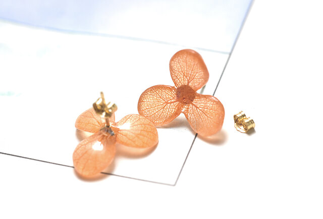 アジサイ【S/茜染】3枚花弁のピアス 14kgf /イヤリングの画像1枚目