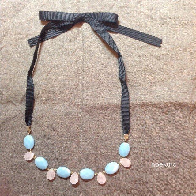 ブルーとピンクの天然石リボンネックレスの画像1枚目
