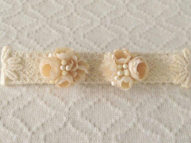 小花のくっつきピアス(ベージュホワイト)の画像1枚目
