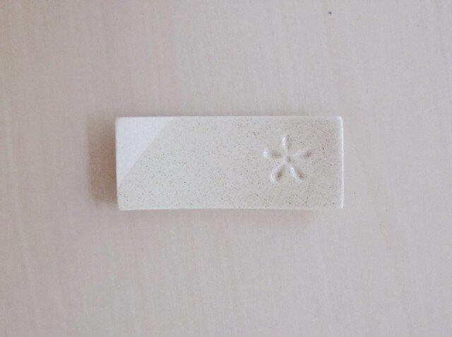 白い花印の箸置きの画像1枚目