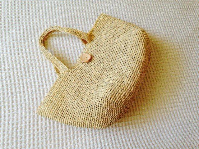 麦わら素材のナチュラルバック(ウッドボタン付き)の画像1枚目