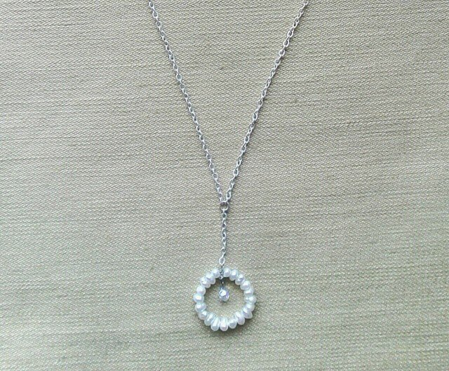 white peahenのネックレスの画像1枚目