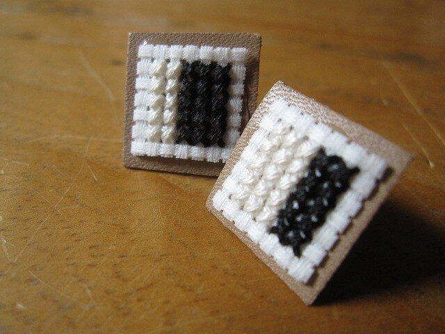 四角のピアス / 白x黒の画像1枚目