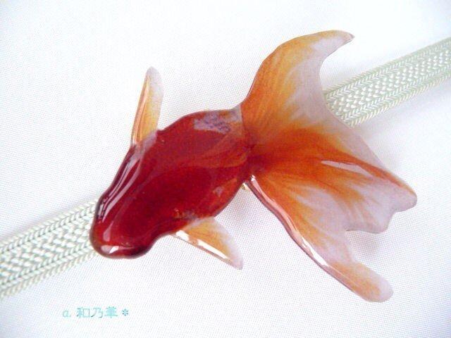 (帯留)涼しげな赤い金魚 <特大>左向きの画像1枚目