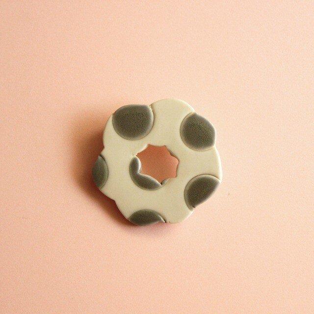 磁器ブローチ WA ドット グレーの画像1枚目