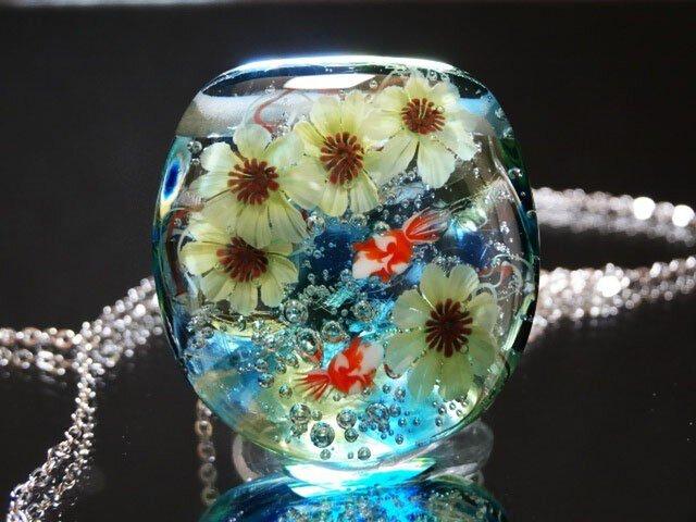 とんぼ玉 ガラスペンダント 向日葵と金魚の画像1枚目
