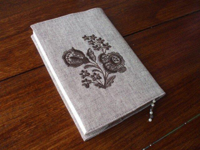 花刺繍の文庫本ブックカバー 茶1の画像1枚目